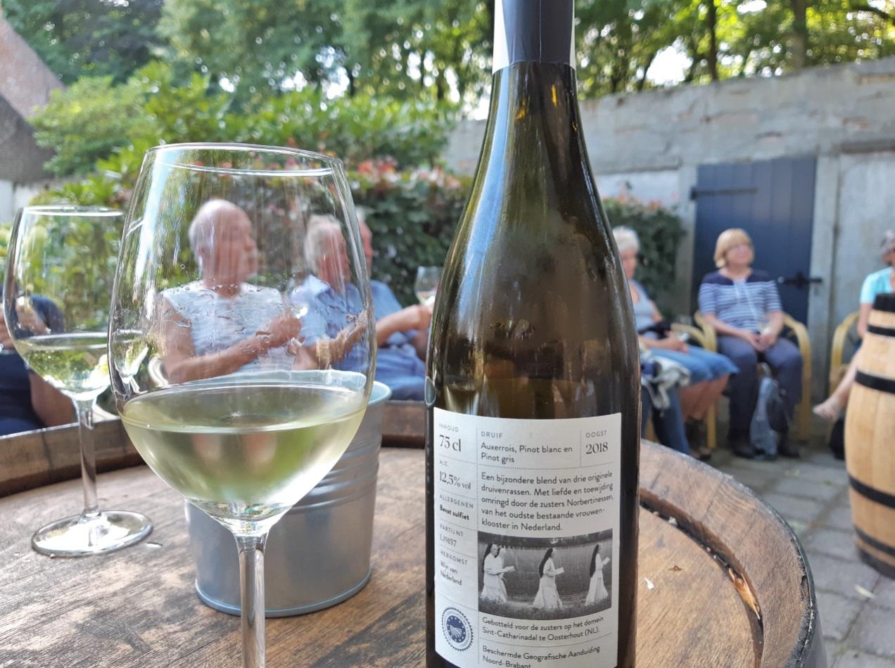 Wijnproeven op het terras van de nonnen